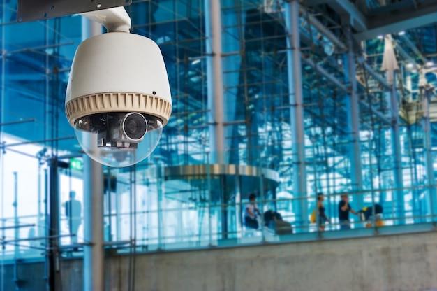 Cctv-camera of bewaking die in de luchtpoort werkt Premium Foto
