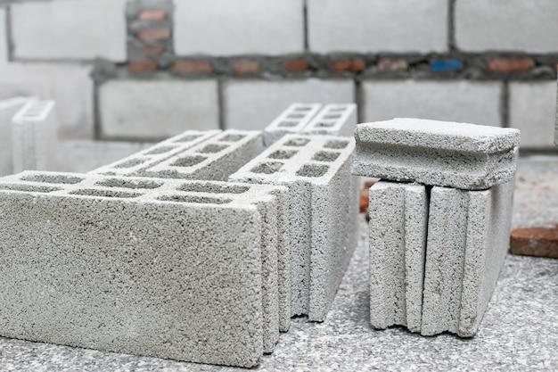 Cement of mortel, cement poeder met een troffel op de baksteen op bouwwerkzaamheden. Premium Foto
