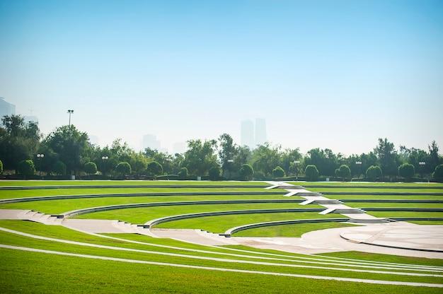 Centraal park op zonnige dag dubai Premium Foto