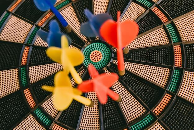 Centrum van een bullseye met kleurrijke gespijkerde pijltjes, doelconcept. Premium Foto
