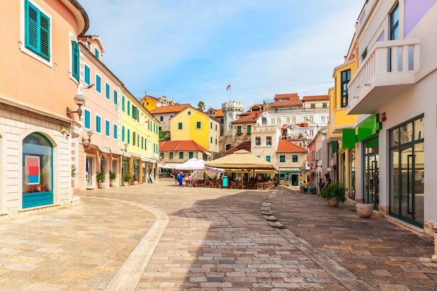 Centrumplein in de buurt van de klokkentoren en de oude stadspoort van herceg novi, montenegro. Premium Foto