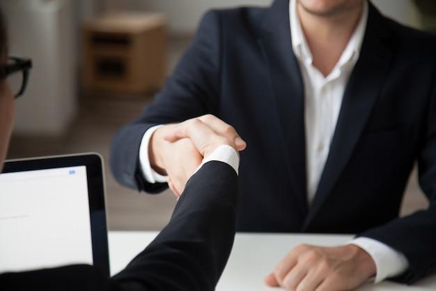 Ceo schuddende hand van mannelijke baankandidaat Gratis Foto