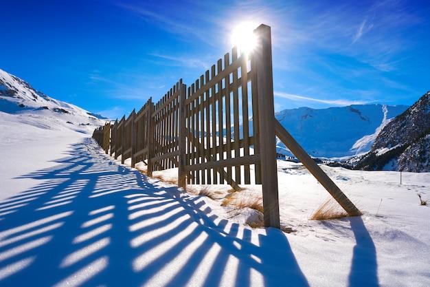 Cerler houten sneeuw hek in de pyreneeën Premium Foto
