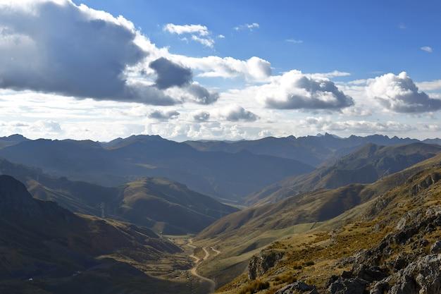 Cerro de pasco, tegenover uitzicht op de mijnbouw, een korte visie van hoe het cerro de pasco was vóór de mijnbouw. Premium Foto