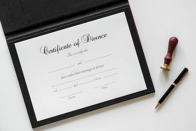 Certificering van echtscheiding geïsoleerd op witte tafel Gratis Foto