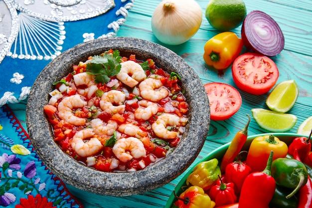 Ceviche de camaron-garnalen molcajete uit mexico Premium Foto