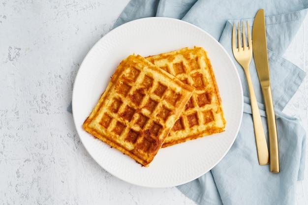 Chaffle, ketogeen dieet, gezondheidsvoedsel. zelfgemaakte ketowafels met ei, mozzarellakaas Premium Foto