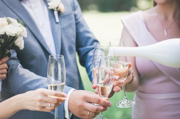 Champagne in glazen in handen, close-up Premium Foto