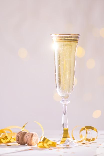 Champagne klaar om in het nieuwe jaar, kerstkaart, kerstmis te brengen Premium Foto