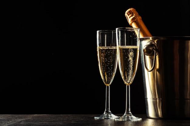 Champagne op de zwarte Premium Foto