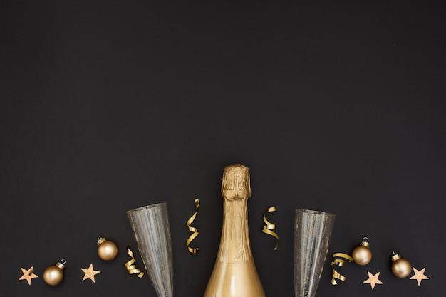 Champagnefles en decoratie met glazen en exemplaarruimte Gratis Foto