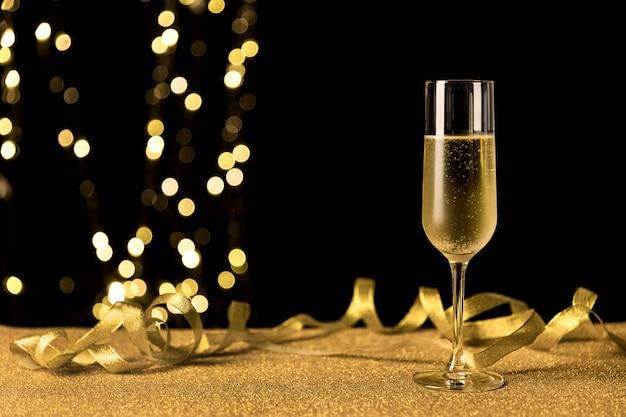 Champagneglas met bokehlichten Gratis Foto