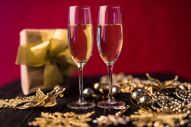 Champagneglas met geschenkdozen en kerstversiering. cadeau voor een speciale. Gratis Foto