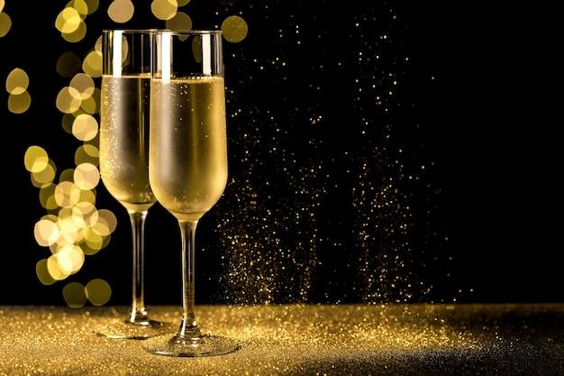 Champagneglazen met bokehlichten Gratis Foto