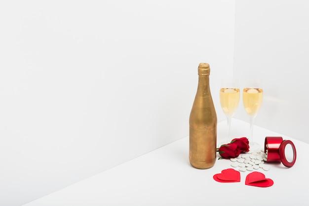 Champagneglazen met kleine papieren hartjes Gratis Foto