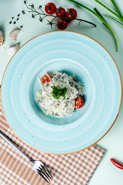 Champignons in zure room met fijngehakte witte kaas Gratis Foto