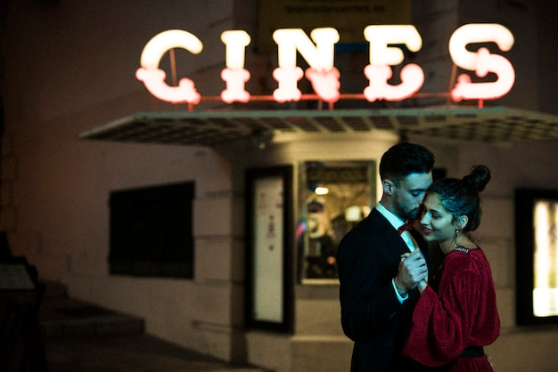 Charmante aantrekkelijke vrouw hand in hand met jonge man op straat Gratis Foto