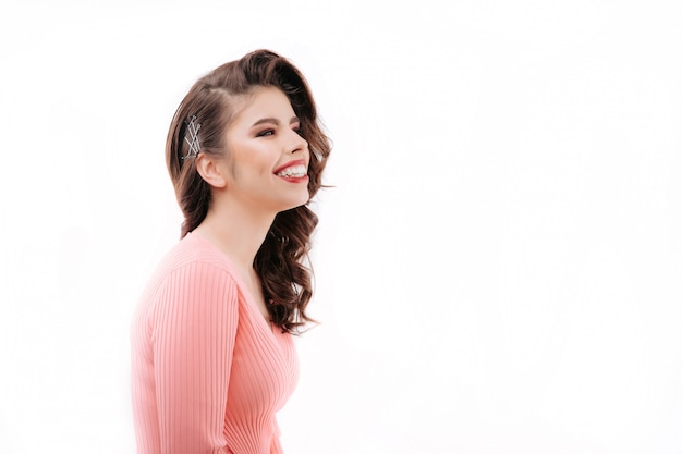 Charmante lachende dame in een trui Premium Foto