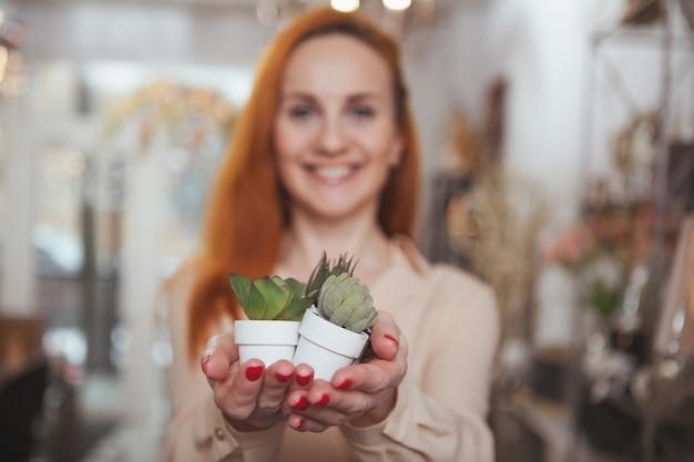 Charmante vrouw genieten van winkelen thuis decor winkel Premium Foto