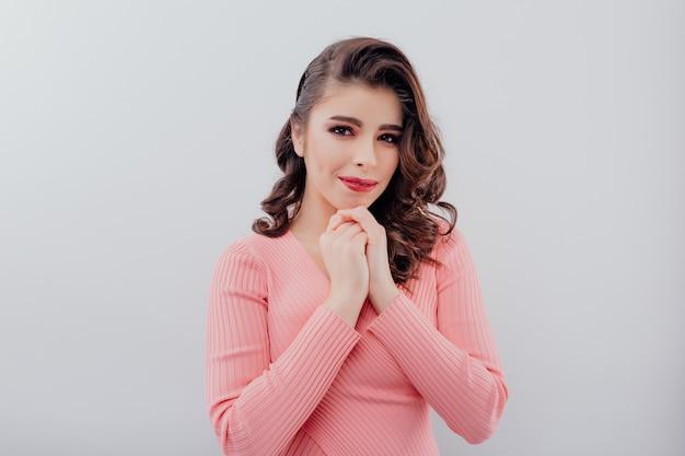 Charmante vrouw met handen in de buurt van kin Premium Foto