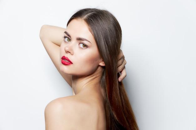 Charmante vrouw naakte oven rode lippen lang haar huidverzorging close-up Premium Foto
