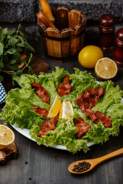 Chee kofta turkse rauwe gehaktbal plaat op sla bladeren met citroen Gratis Foto