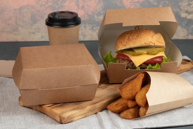 Cheeseburger in papieren verpakking voor een levering Premium Foto