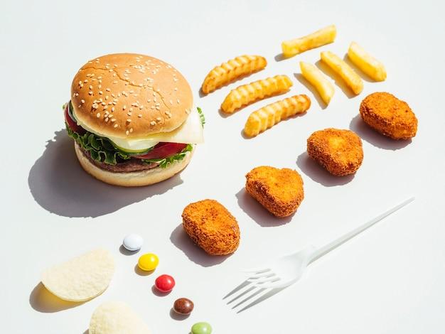 Cheeseburger met frieten en goudklompjes Gratis Foto
