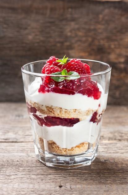 Cheesecake met frambozen in een glas Premium Foto