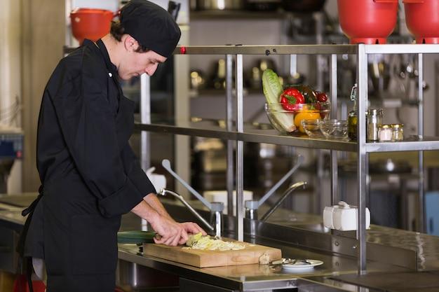 Chef-kok die een recept voorbereidt Gratis Foto