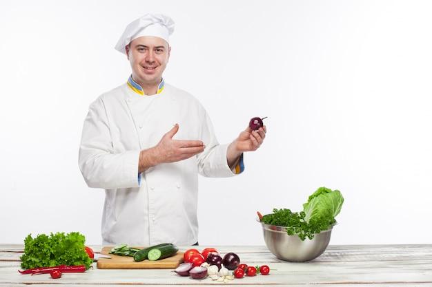 Chef-kok die verse groentesalade in zijn keuken kookt Gratis Foto