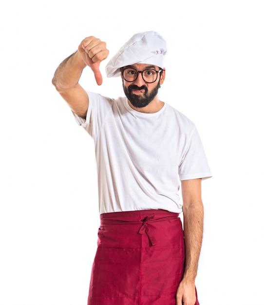 Chef-kok doet een slecht signaal over witte achtergrond Gratis Foto