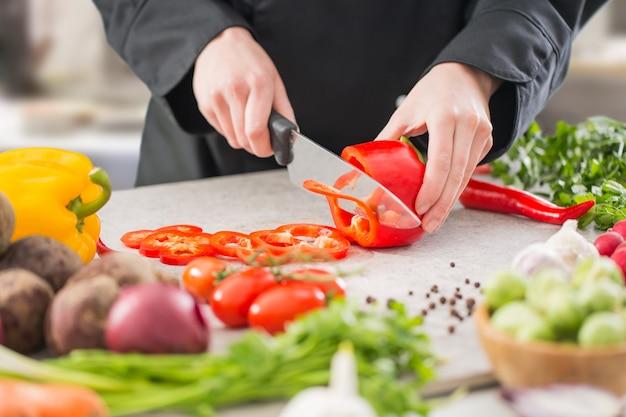Chef-kok koken voedsel keuken restaurant snijden bereiden cook Premium Foto
