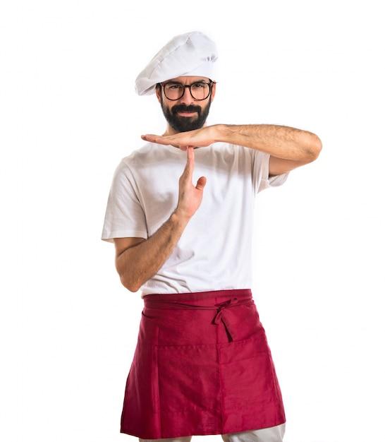 Chef-kok maakt tijd uit gebaar over witte achtergrond Gratis Foto