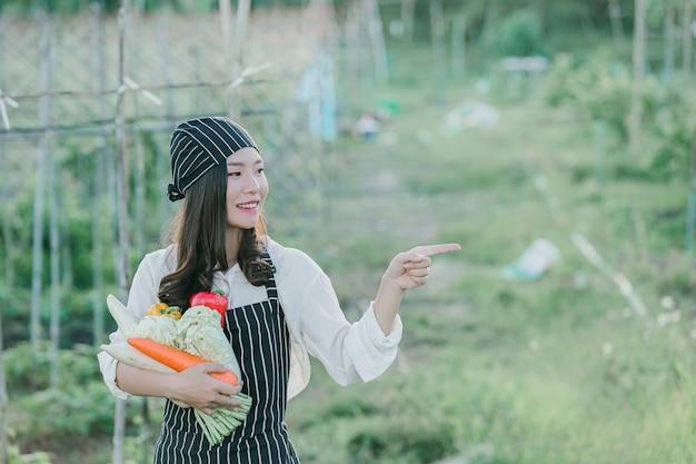 Chef-kok oogst verse producten van biologische boerderij Gratis Foto