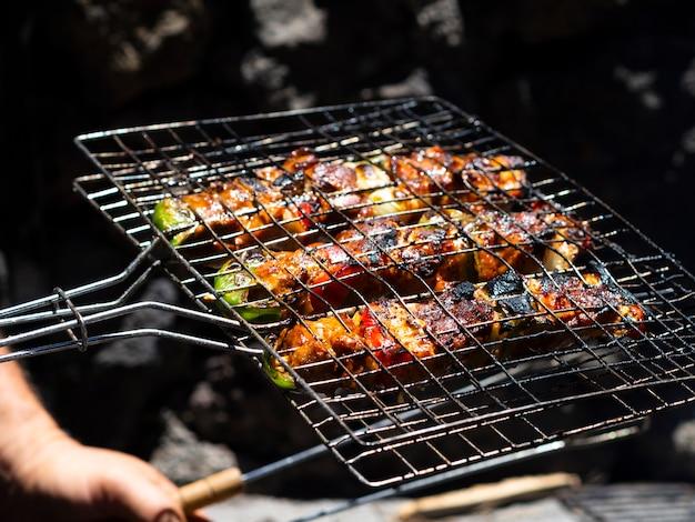 Chef-kok roosterende groenten bij de grill Gratis Foto