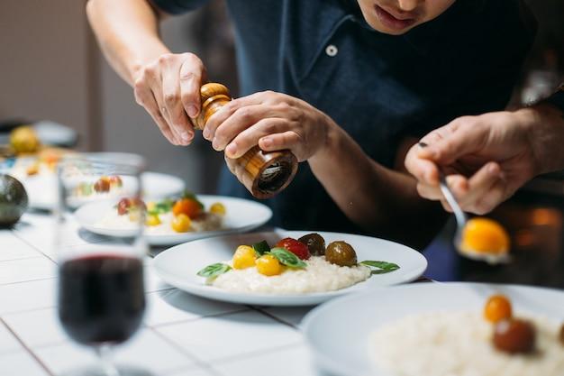 Chef-kok serveert gerecht thuis etentje Gratis Foto