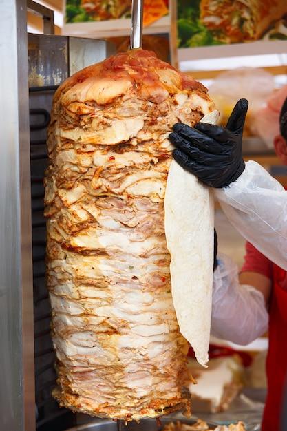 Chef-kok smeert pita brood Premium Foto