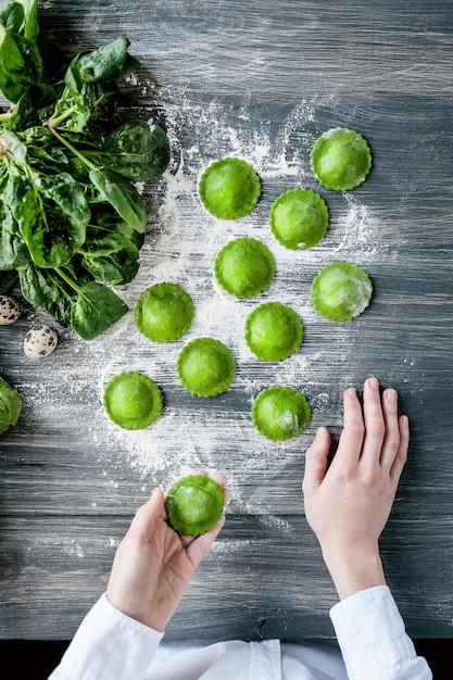 Chef-kok stap voor stap, het bereiden van een groene ravioli Premium Foto