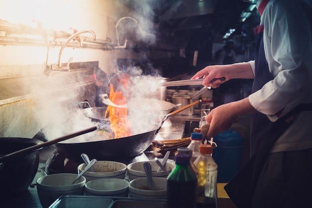 Chef roerbak koken Premium Foto