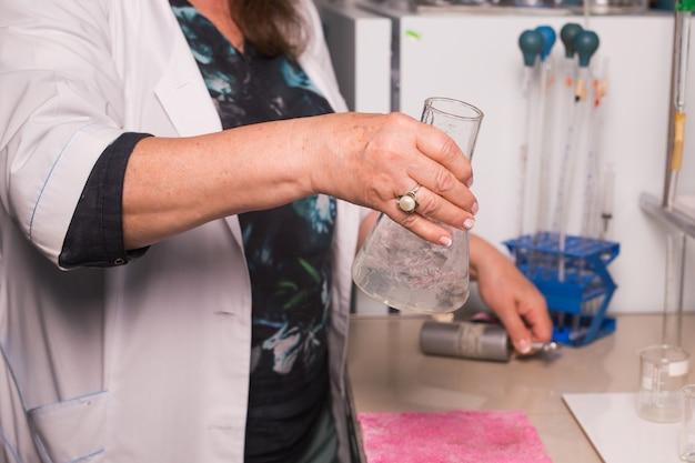 Chemicus werkt in een laboratorium. lab assistent waterkwaliteit close-up testen Premium Foto