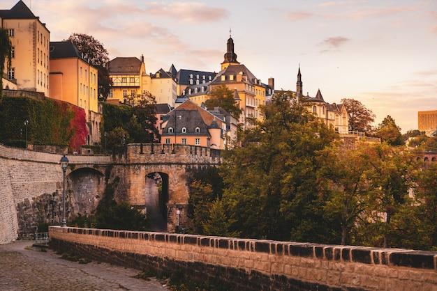 Chemine de la corniche in de stad luxemburg Premium Foto