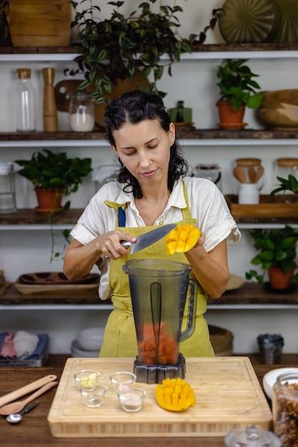 Chia pudding maken. gezonde jam maken met mango en papaja. Gratis Foto