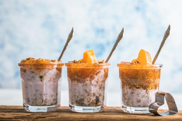 Chia pudding met persimmon in glazen met hartjes persimmon Premium Foto