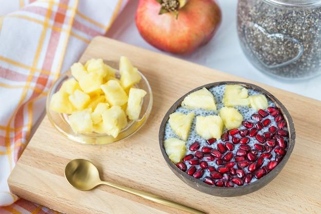 Chiazaadpudding met mango en granaatappel in een kom Premium Foto