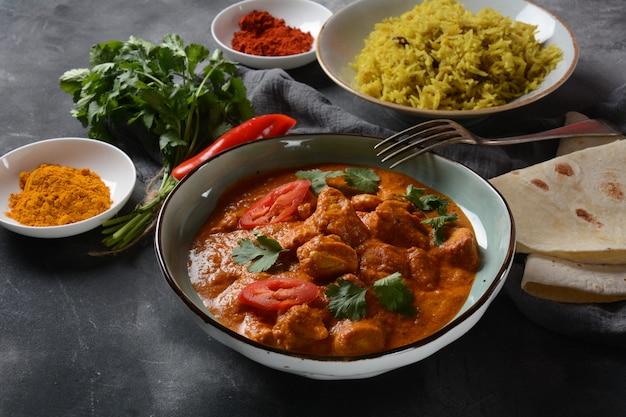 Chicken tikka masala - traditioneel indiaas / brits gerecht. kip met curry, kurkuma. indiaas diner concept. aziatisch, indiaas eten Premium Foto