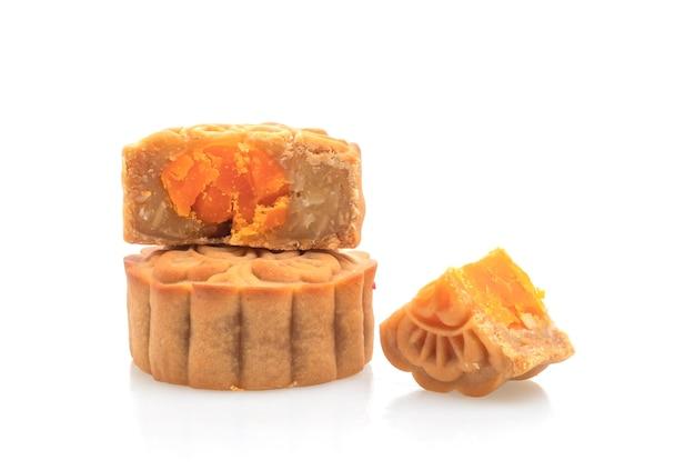 Chinees durian maancake en eigeelaroma dat op witte achtergrond wordt geïsoleerd Premium Foto