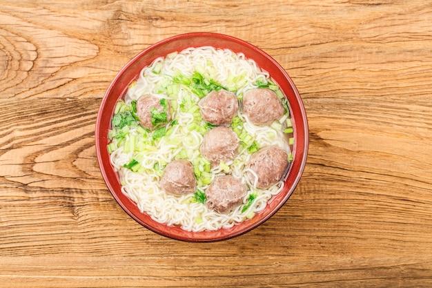 Chinees eten: gehaktballen geserveerd met noedels, Gratis Foto