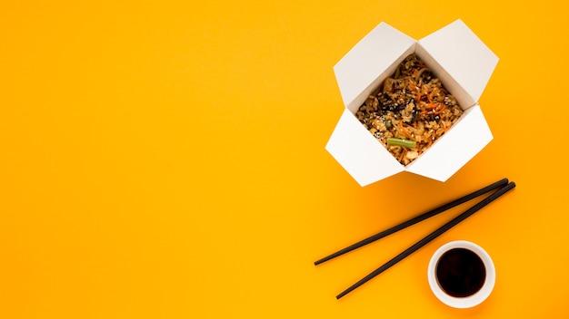 Chinees snel voedsel op oranje achtergrond Gratis Foto