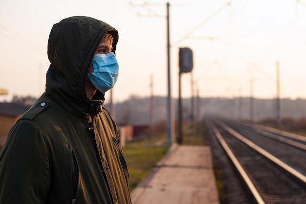 Chinees virus covid-19. man, man in medisch masker op platform. pandemische quarantaine. transport instorten Premium Foto